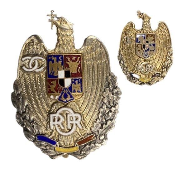 A RETIRED ROMANIAN OFFICER'S BADGE AND MINIATURE Παράσημα - Στρατιωτικά μετάλλια - Τάγματα αριστείας